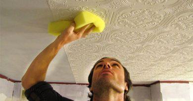Как клеить обои на потолок одному