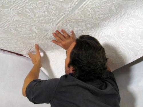 Как клеить обои на потолок одному, советы начинающему строителю.