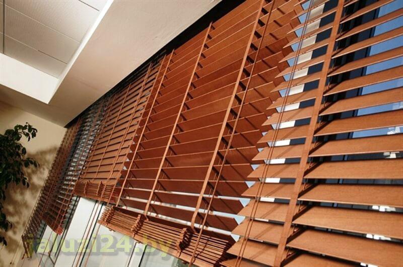 Жалюзи горизонтальные на балкон