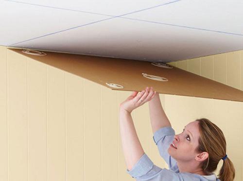 Как клеить потолочную плитку в разных комнатах видео.