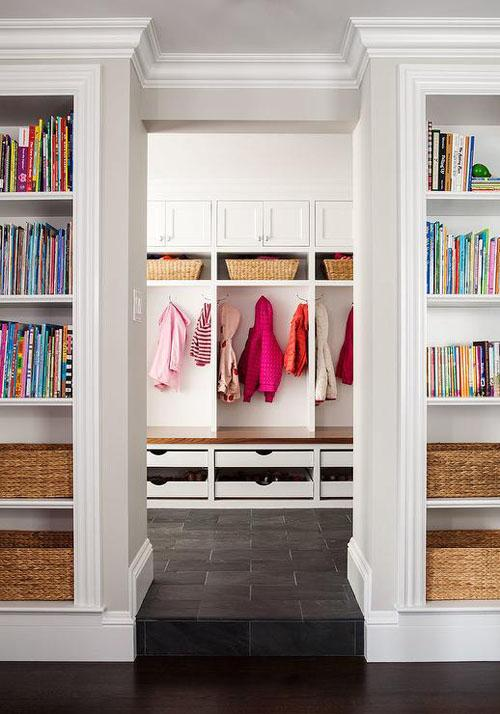 Встроенные книжные шкафы обрамляют дверной проем