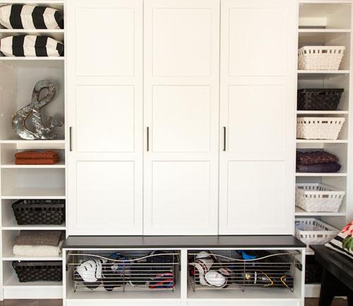 Семейная обувница имеет три закрытых шкафчика