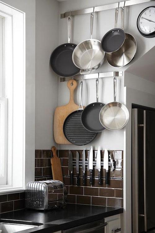 Кухня имеет магнитную стойку для ножей