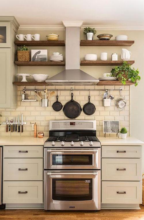 Светло-серые кухонные шкафы в паре со столешницами