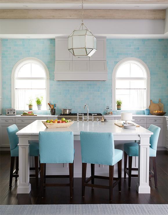 Серая и голубая кухня украшена стенами из бирюзовой голубой