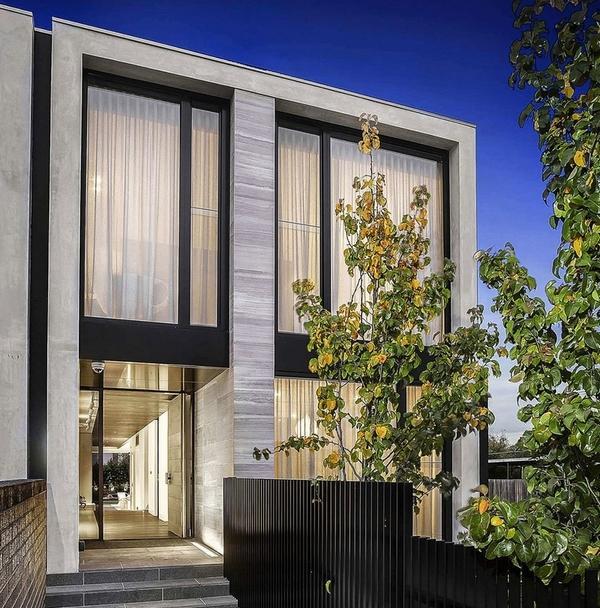 Большие шторы обеспечивают конфиденциальность для жителей домаБольшие шторы обеспечивают конфиденциальность для жителей дома