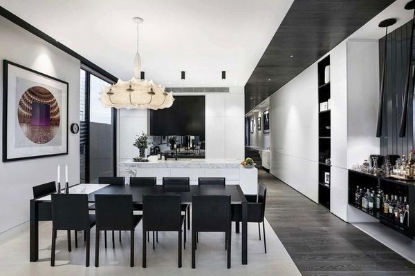 Обеденная мебель, выполненная в черном цвете отличное дополнение на белой кухне.