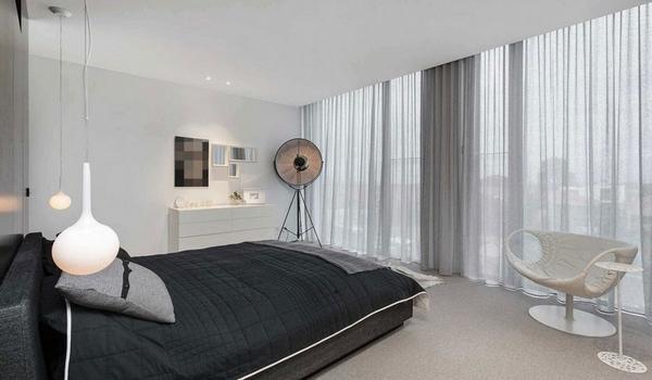 Спальня с современной мебелью в черном и белом