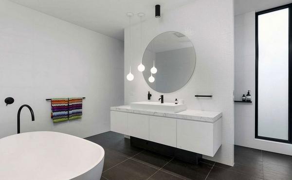 Белая ванная комната с плавающим тщеславием
