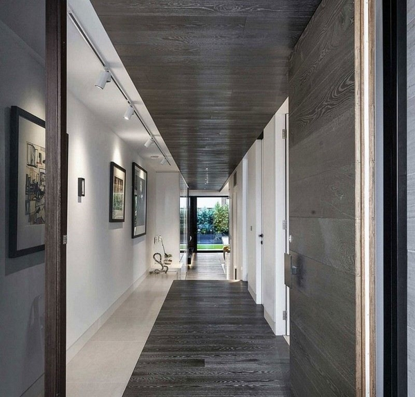Дизайн коридора с деревянными полами и стенами