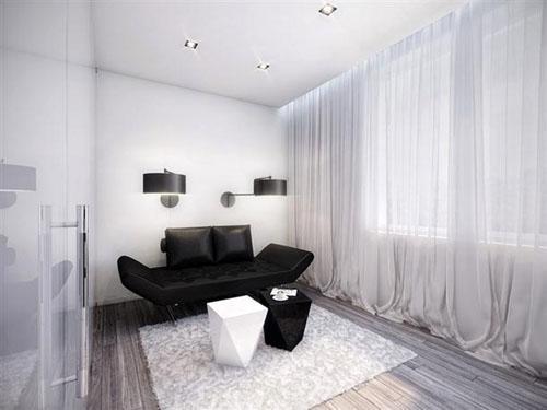 Стены в белом, интерьер. Белый ковер на полу.