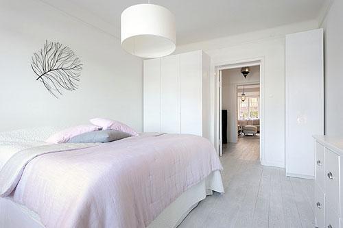 Большая спальня с белыми стенами.