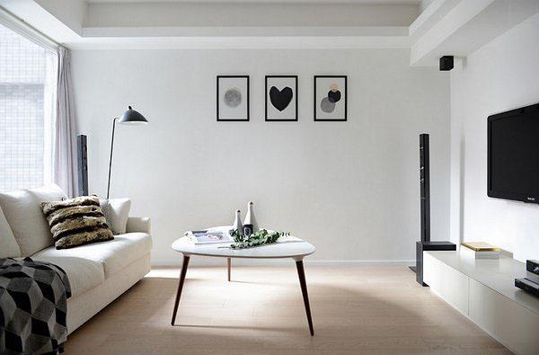 Белый секционный кожаный диван и черные акценты