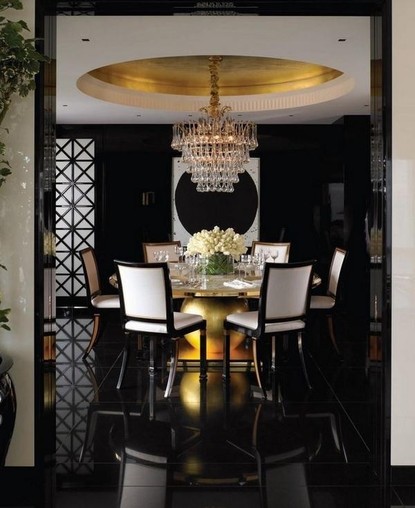 Эксклюзивный декор столовой идеи, черные полы, черные стены, белые стулья, хрустальная люстра.