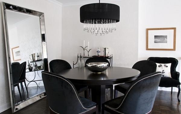 Черная обеденная комната, черный бархат, обеденный стулья, черный люстра.