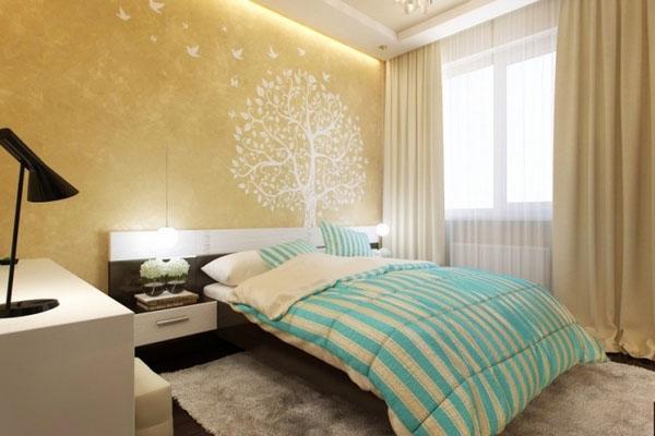 Спальня с расписными стенами.