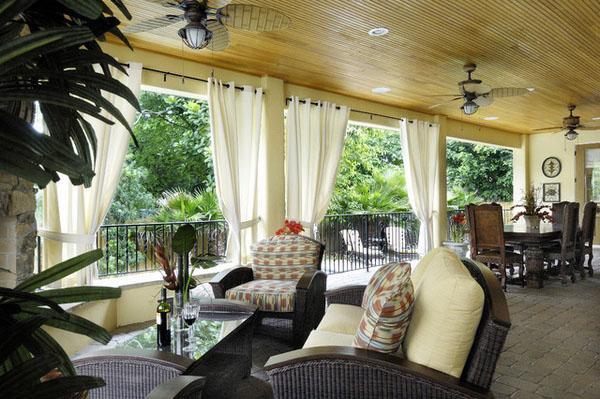 Крыльцо, деревянная крыша, уличная мебель, крытый патио.