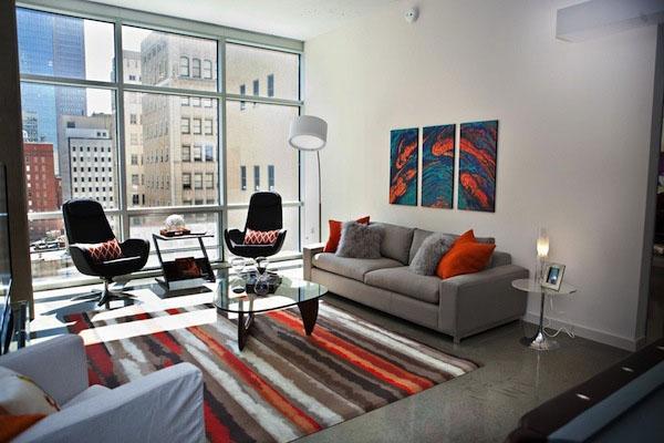 Серый интерьер гостиной дизайн цвет акценты ковровые настенные рисунки