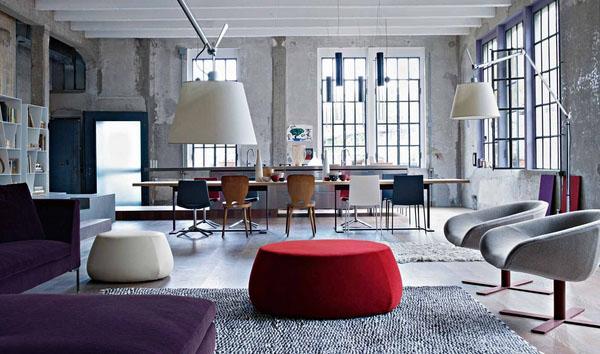 Серая гостиная идеи бетонных стен, красное кресло, белая тахта, современный торшер.