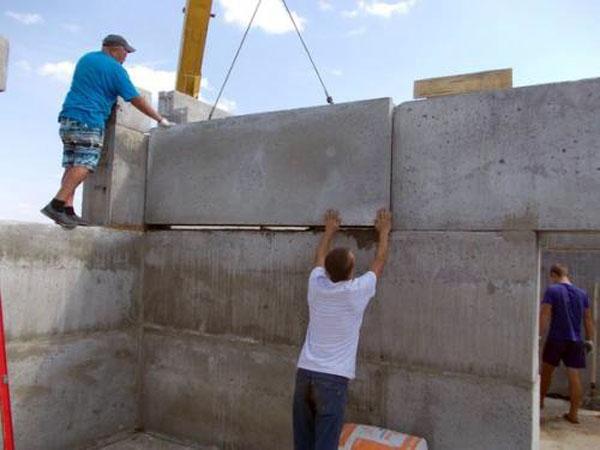Особенности строительства коттеджа из железобетонных панелей.