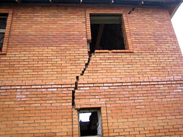 Слабые связи внутри стены.