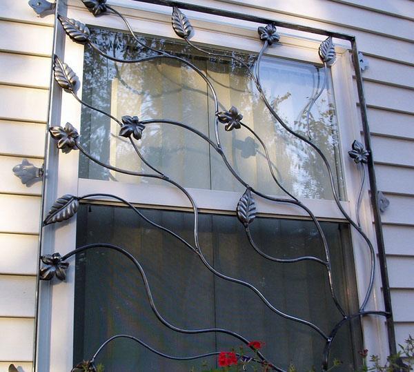 Кованые железные окна.