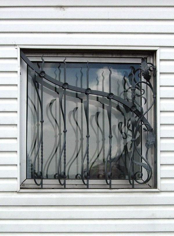 Обработка оконного стекла из кованого железа.