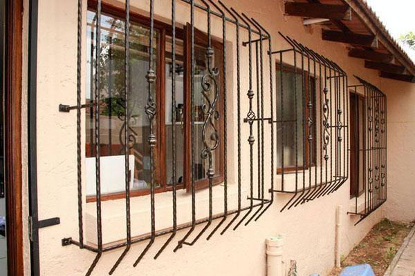 Ограждение окна из кованого железа.