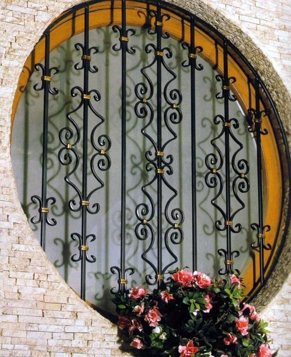 Кованые железобетонные решетки для круглых окон.
