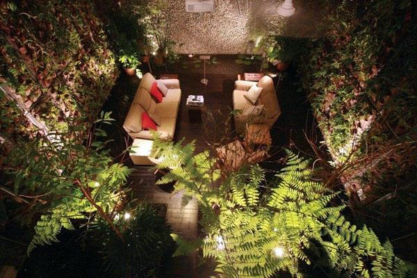 Современная квартира открытого пространства дизайн деревянный пол крытый сад.