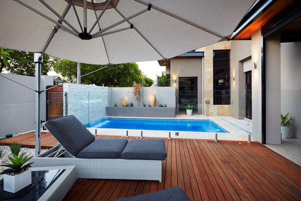 Узкие идеи бассейна на заднем дворе современный внутренний дворик