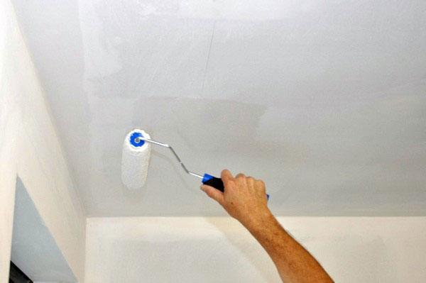 Потолок можно побелить или покрасить.