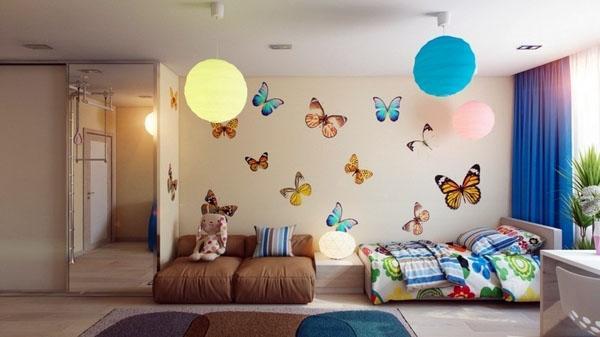 Украшение стен простым цветом, бабочки, лампы, глобус.