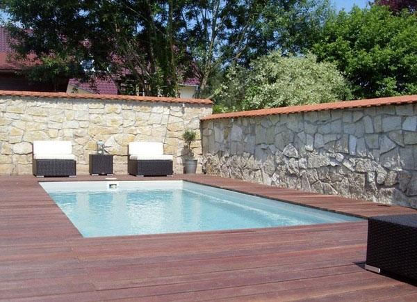 Идея дизайна маленького бассейна, маленький двор, прямоугольный внутренний бассейн.