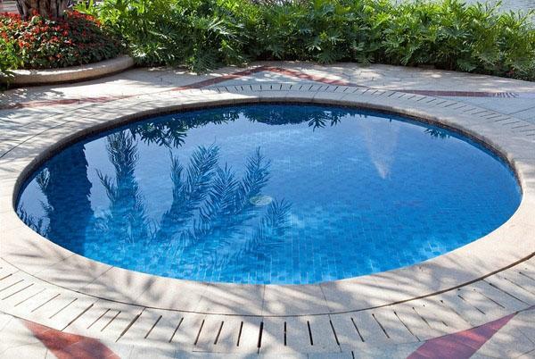Маленький бассейн на внутренним дворике.