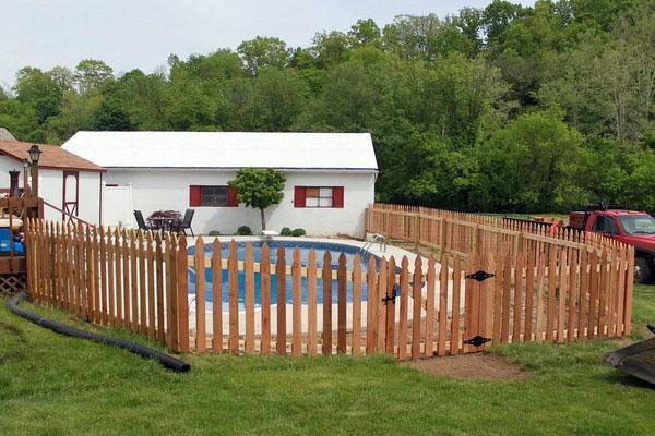 Деревянные ограждения для бассейна.