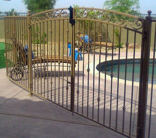 Декоративные железные ограждения, двойные ворота.