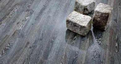 Серый паркетный пол и ламинат