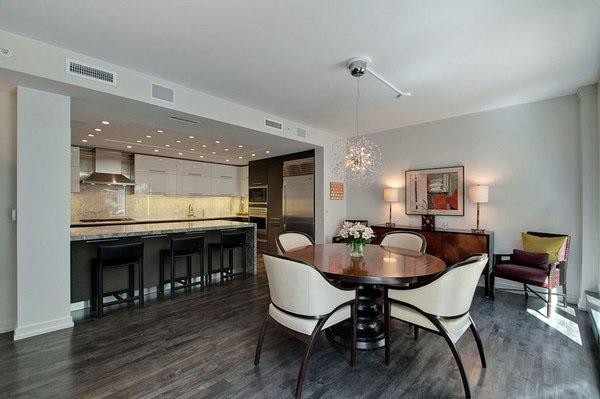 Впечатляющий дизайн гостиной - белая мебель из серой древесины.