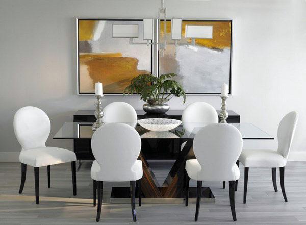 Дизайн столовой - желтые стулья из серой древесины.