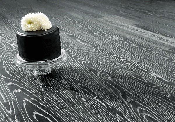 Паркетный пол серого цвета в интерьере помещений.