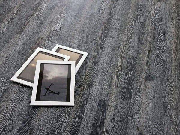 Современный деревянный настил серого цвета.