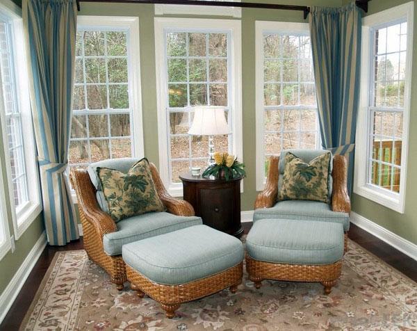 Белый солярий дизайн деревянный пол красный белый диван кресло.