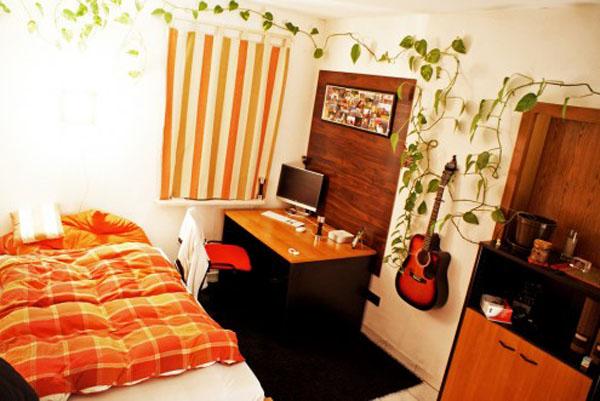 Современная подростковая комната белая мебель, гитара на стене.