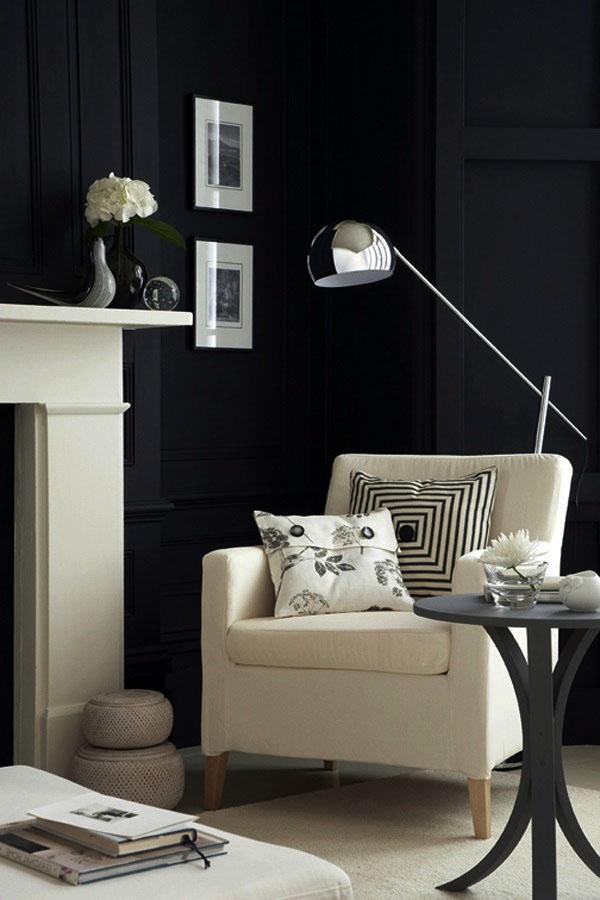 Черная стена, белая мебель, дизайн интерьера идеи.