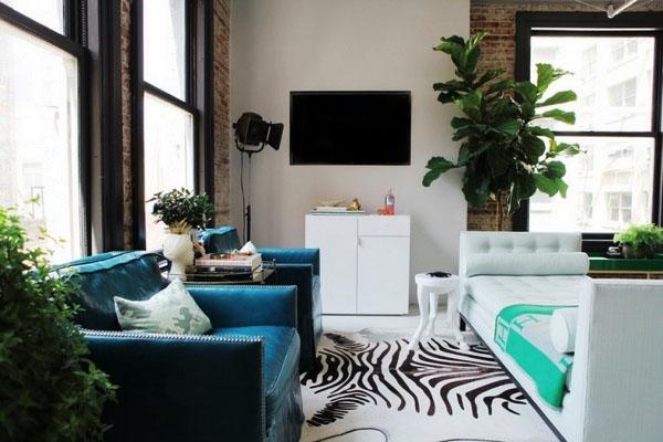 Синие кресла с экзотическим ковриком.