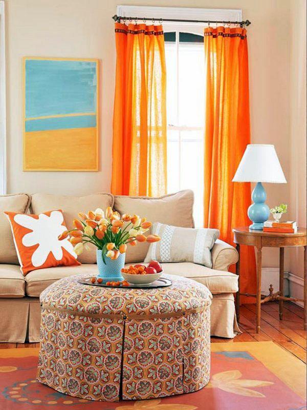 Маленькая мебель для гостиной, оранжевый занавес, подушка, цветочный ковер и деревянный пол.