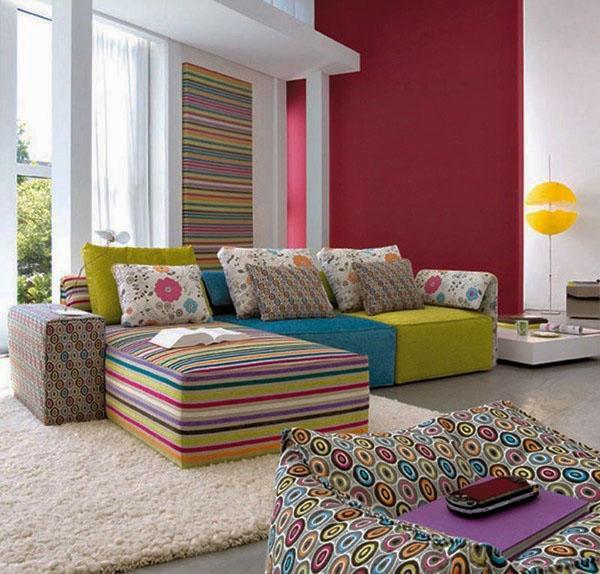 Идеи современных секционных диванов, красный акцент стены.