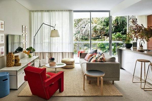 Современное кресло диван красного цвета.
