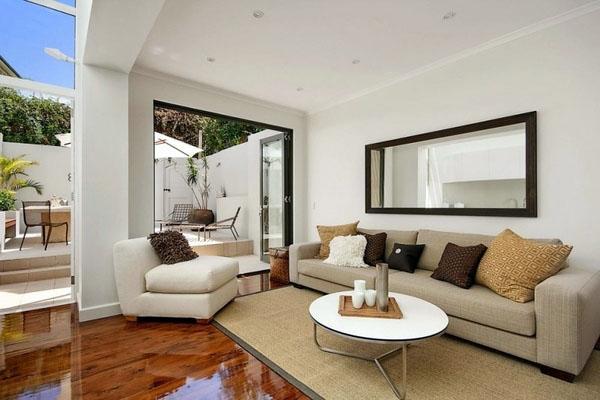 Нейтральные цвета, диван, кресло, декоративные подушки.